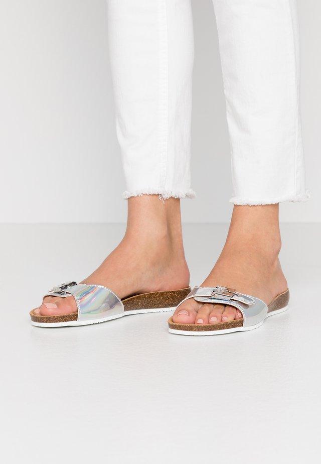 BAHAMAIS - Pantolette flach - argent
