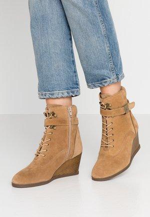 LIDEAN  - Kotníkové boty na klínu - beige