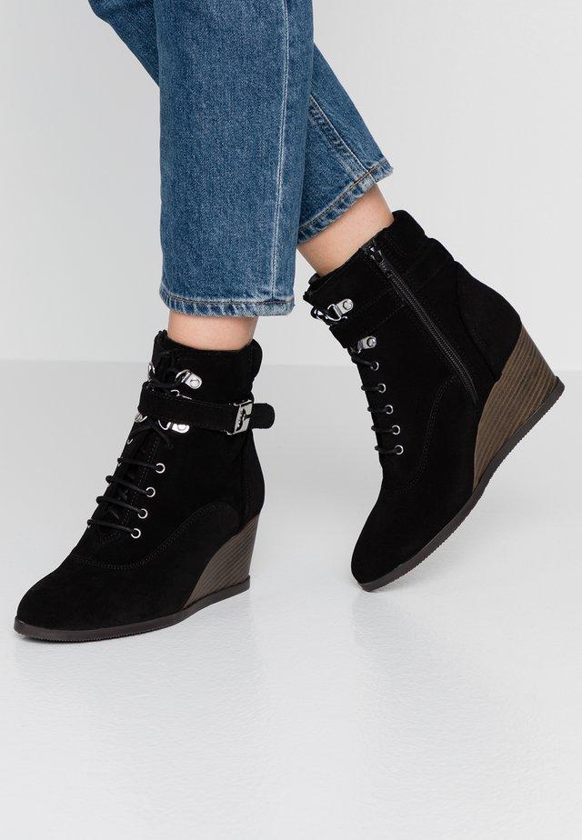 LIDEAN  - Støvletter m/ kilehæl - black