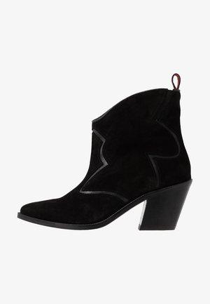 ABBEY MID BOOT - Kovbojské/motorkářské boty - black
