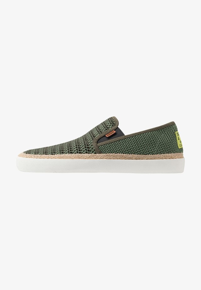 IZOMI - Loaferit/pistokkaat - military green