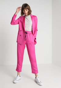 Scotch & Soda - TAILORED PANTS - Bukse - electric pink - 1