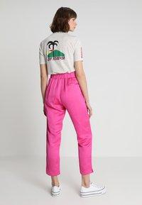 Scotch & Soda - TAILORED PANTS - Bukse - electric pink - 2