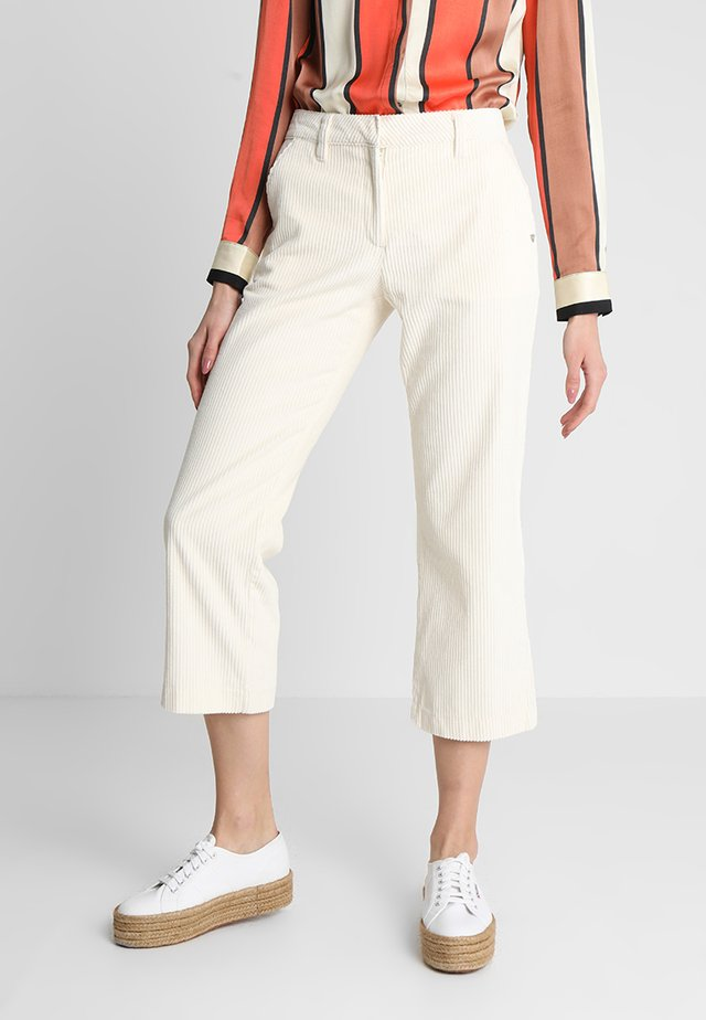 CROPPED KICK FIT PANTS - Pantaloni - antique white