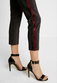 Scotch & Soda - TAPERED PANTS WITH SIDE PANEL - Kalhoty - black - 3