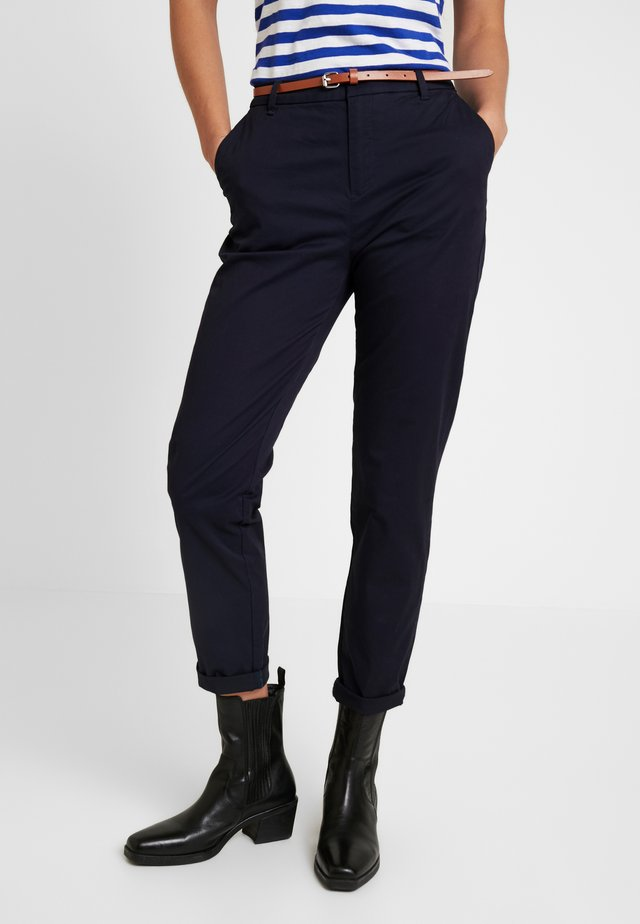 IN STRETCH WITH BELT - Chino - midnight
