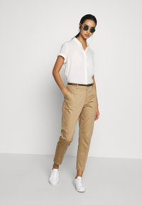 Scotch & Soda - REGULAR FIT WITH STITCHED PLEAT - Chinos - sand - 1