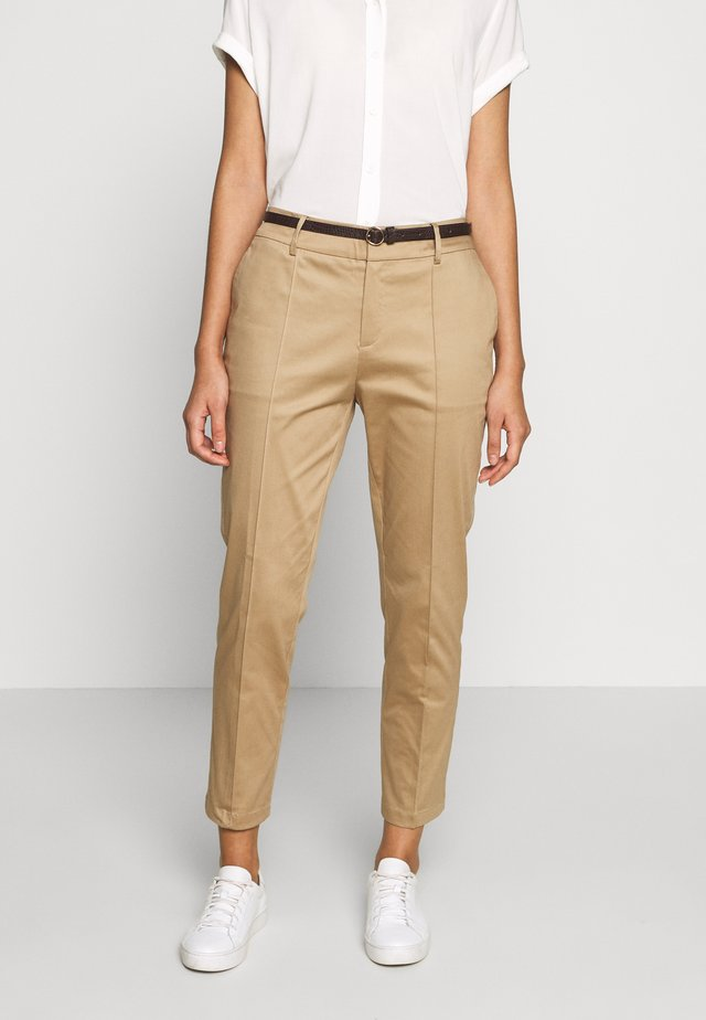 REGULAR FIT WITH STITCHED PLEAT - Chinos - sand