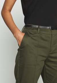 Scotch & Soda - REGULAR FIT WITH STITCHED PLEAT - Chinos - military - 3