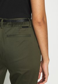 Scotch & Soda - REGULAR FIT WITH STITCHED PLEAT - Chinos - military - 5