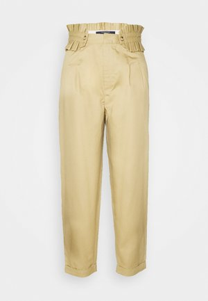 CLEAN WITH DETACHABLE PLEATED BELT - Pantaloni - sand