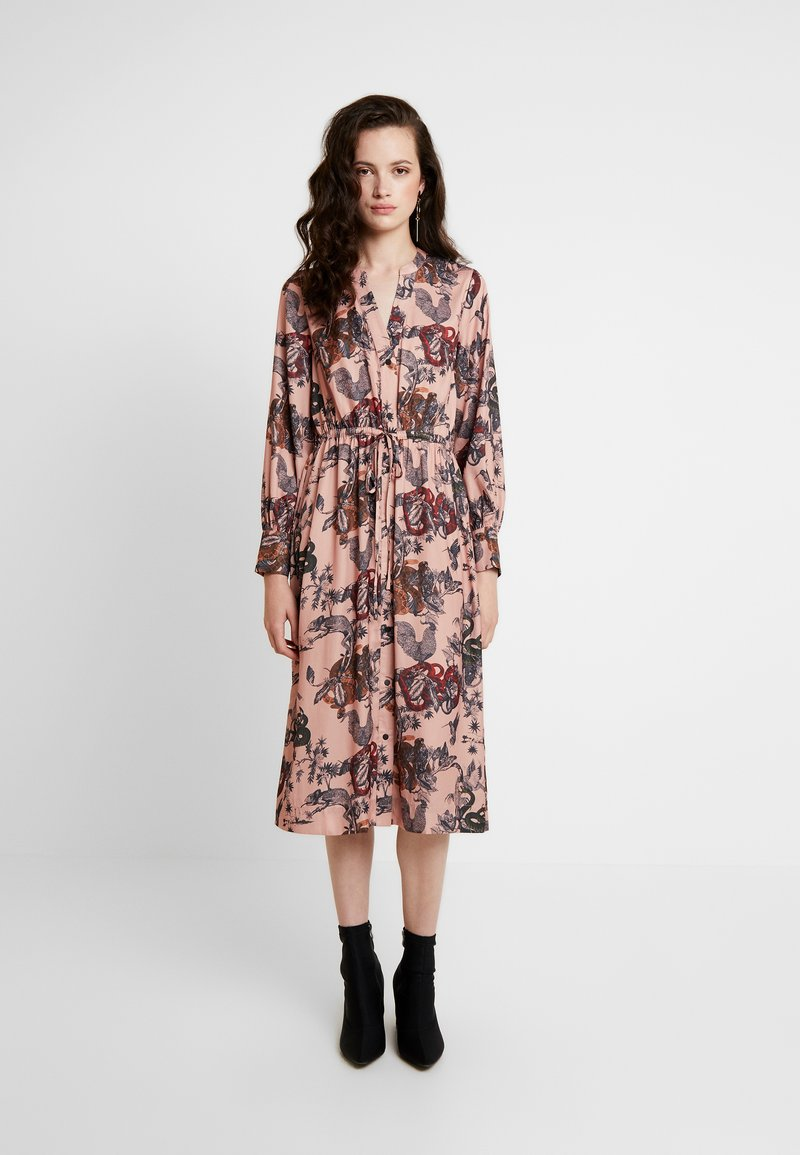 Scotch & Soda - MIDI LENGTH DRESS WITH WAIST CORD - Skjortklänning - combo
