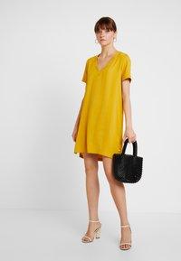 Scotch & Soda - Korte jurk - mustard - 2