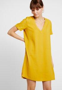 Scotch & Soda - Korte jurk - mustard - 0