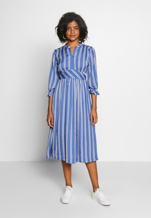 MIDI LENGTH DRESS WITH FITTED WAIST - Kjole - light blue/white