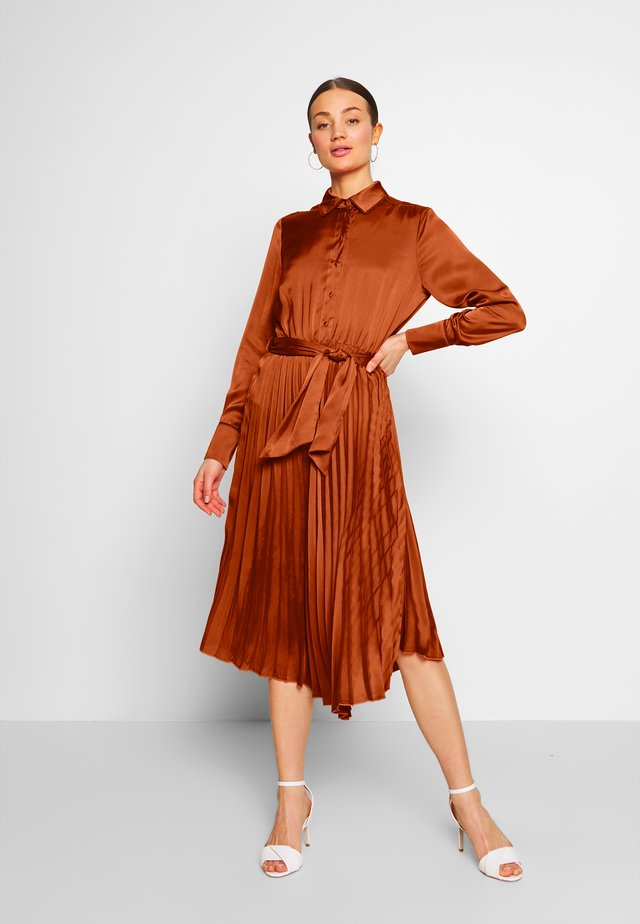 PLEATED MIDI LENGTH DRESS WITH BELT - Blousejurk - ginger