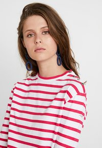Scotch & Soda - BRETON LONG SLEEVE TEE WITH HIGH NECK - T-shirt à manches longues - red/white - 3