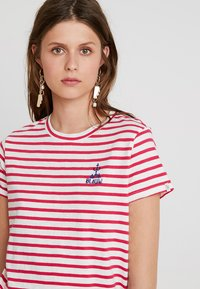 Scotch & Soda - SLEEVE TEE WITH EMBROIDERY - T-shirt z nadrukiem - red/white - 4