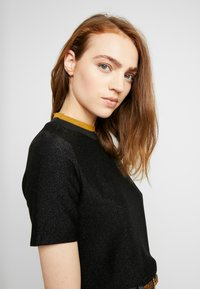 Scotch & Soda - TEE WITH HIGH NECK - T-shirts med print - black - 3