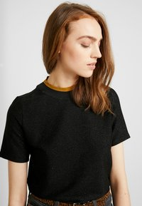 Scotch & Soda - TEE WITH HIGH NECK - T-shirts med print - black - 5