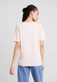 Scotch & Soda - RELAXED FIT TEE WITH VARIOUS ARTWORKS - Triko s potiskem - blush - 2