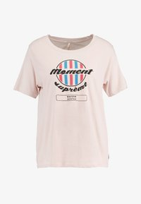Scotch & Soda - RELAXED FIT TEE WITH VARIOUS ARTWORKS - Triko s potiskem - blush - 3