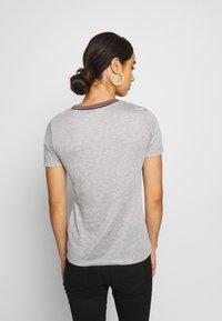 Scotch & Soda - V NECK TEE WITH STRIPED DETAIL - T-shirts med print - grey melange - 2