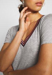 Scotch & Soda - V NECK TEE WITH STRIPED DETAIL - T-shirts med print - grey melange - 4