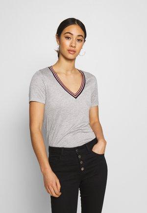 V NECK TEE WITH STRIPED DETAIL - T-shirts med print - grey melange