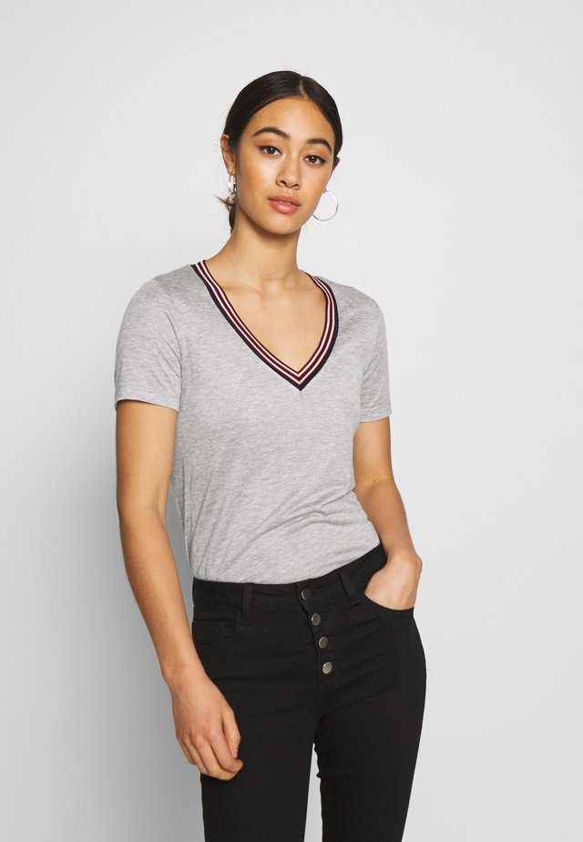 V NECK TEE WITH STRIPED DETAIL - T-shirt con stampa - grey melange