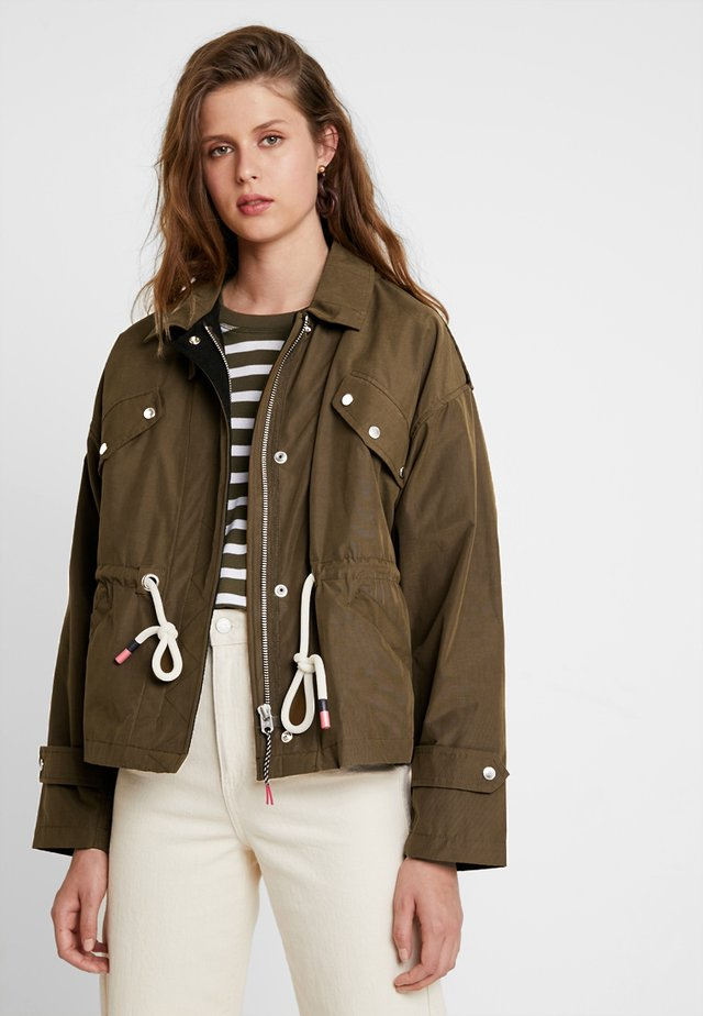 LOOSE FIT JACKET WITH SPECIAL DETAILING - Korte jassen - military green