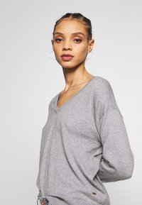 Scotch & Soda - V NECK - Trui - grey melange - 3