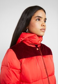 Scotch & Soda - LONG PRIMALOFT JACKET DETACHABLE HOOD AND CONTRAST - Vinterkåpe / -frakk - mars red - 5