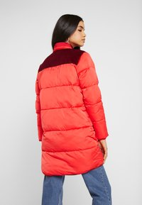 Scotch & Soda - LONG PRIMALOFT JACKET DETACHABLE HOOD AND CONTRAST - Vinterkåpe / -frakk - mars red - 3