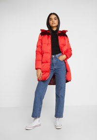 Scotch & Soda - LONG PRIMALOFT JACKET DETACHABLE HOOD AND CONTRAST - Vinterkåpe / -frakk - mars red - 1