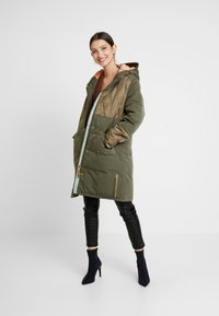 Scotch & Soda - MIXED FABRIC JACKET WITH QUILTING DETAILS - Cappotto invernale - military - 1
