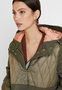 Scotch & Soda - MIXED FABRIC JACKET WITH QUILTING DETAILS - Cappotto invernale - military - 4
