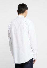 Scotch & Soda - CRISPY REGULAR FIT BUTTON DOWN COLLAR - Camisa - white - 2