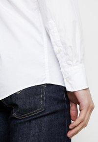 Scotch & Soda - CRISPY REGULAR FIT BUTTON DOWN COLLAR - Camisa - white - 5