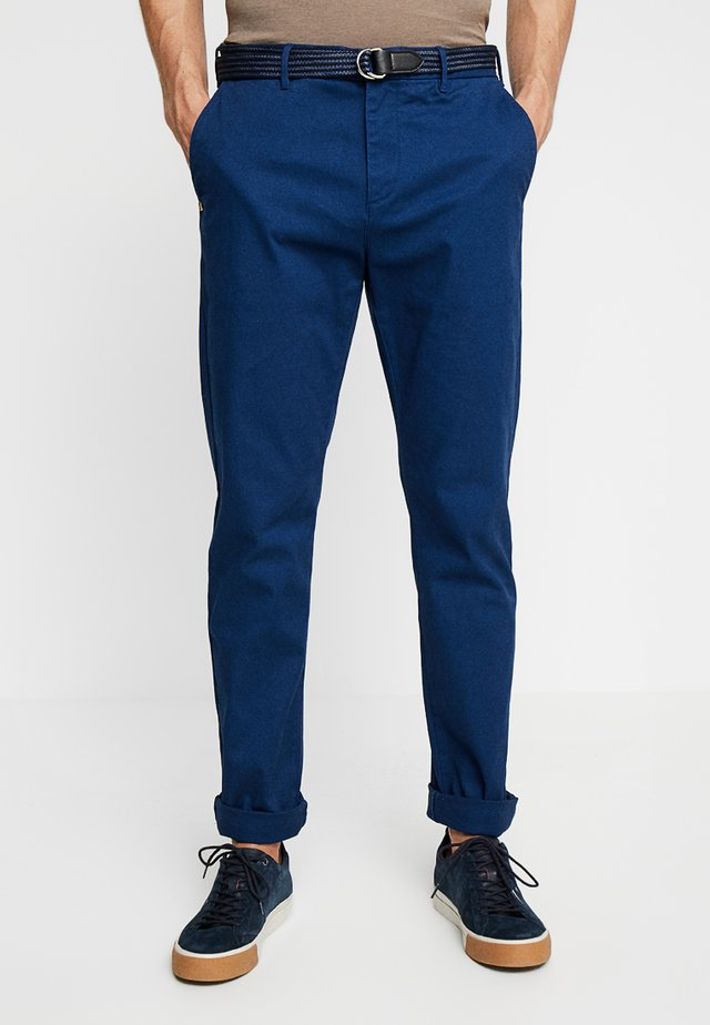 STUART WITH BELT IN STRETCH - Chino - blue coast