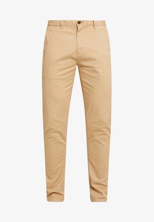 STUART CLASSIC SLIM FIT - Chino kalhoty - sand