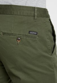 Scotch & Soda - STUART CLASSIC SLIM FIT - Chino - military - 3
