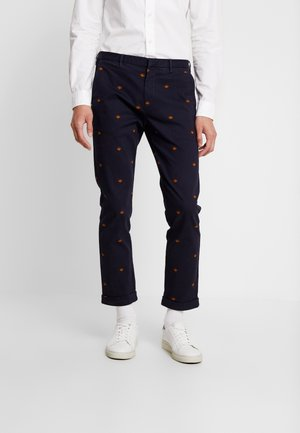 STUART IN SEASONAL ALLOVER PRINT - Chino - combo