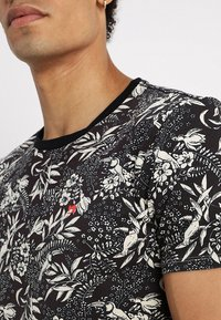 Scotch & Soda - CLASSIC CREWNECK TEE - Print T-shirt - combo - 5