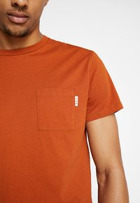 Scotch & Soda - POCKET TEE - T-paita - burned orange - 5