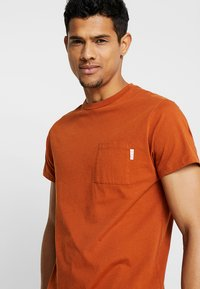 Scotch & Soda - POCKET TEE - T-paita - burned orange - 3
