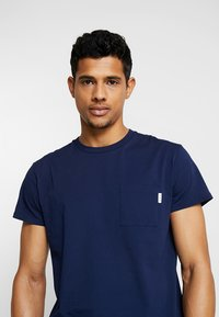 Scotch & Soda - POCKET TEE - T-shirt basic - navy - 3
