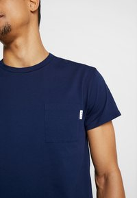 Scotch & Soda - POCKET TEE - T-shirt basic - navy - 5
