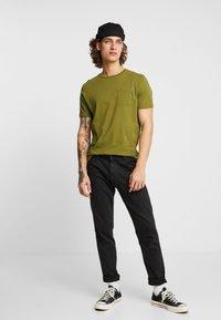 Scotch & Soda - POCKET TEE - T-shirt basic - military green - 1