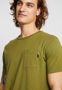 Scotch & Soda - POCKET TEE - T-shirt basic - military green - 5